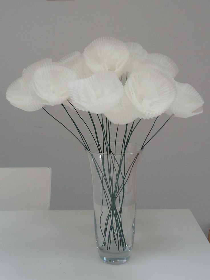 DIY boeketje papieren cupcake-bloemen (eenvoudig gemaakt van groene ijzerdraad en witte papieren cubcake houdertjes erop geschoven)