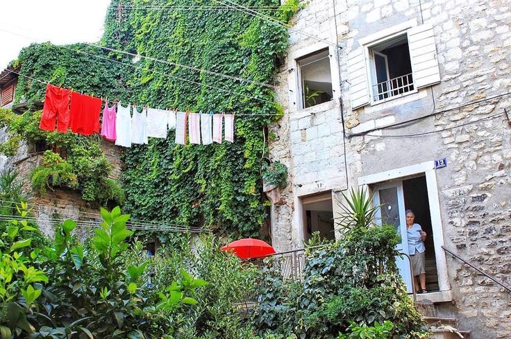 I guess this is typical Mediterranean style: wash your clothes and just put them on the clothesline outside so everybody can see it. I actually love this scene. I adore walking in little alleys with clothing on the clothesline where sometimes the smell of washing powder fill up your nose while the old lady is looking at you when you are taking a picture of her and her freshly clean clothes. What is she thinking?     #solotraveller #travelbook #travelgirls #travelblogging #travelstory…