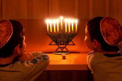 """Les familles juives ne célèbrent pas Noël, mais elles ont également une fête à célébrer en décembre : pendant Hanouka, la fête des lumières, chacun allume une bougie d'un chandelier à huit branches, chaque soir de la semaine. Pendant Hanouka, on s'échange un cadeau par jour pendant 8 jours, et les enfants juifs reçoivent traditionnellement une toupie marquée de quatre initiales hébraïques qui signifient """"ce fut là un grand miracle""""."""