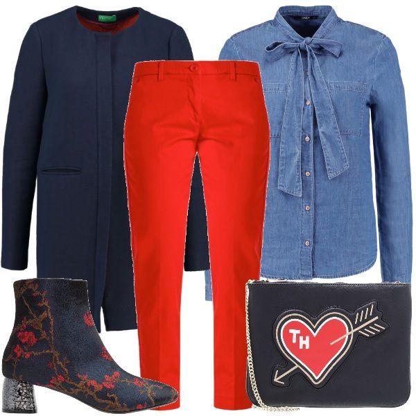 Camicia di jeans con fiocco colore blu medio abbinata a pantaloni chino 7/8 rossi e cappotto corto blu scuro con scollo tondo. Per gli accessori ho scelto stivaletti in tessuto multicolore con tacco largo e pochette blu con cuore.