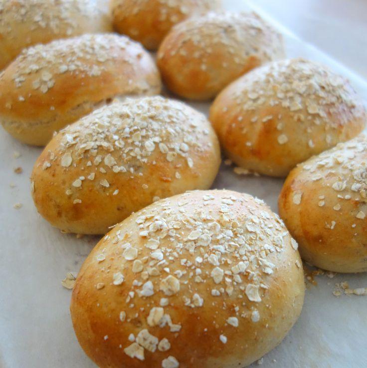 Disse sandwichboller er lækre, fyldige og forholdsvis sunde, og de er stadig gode og smager godt efter en tur i fryseren. Perfekte boller til madpakken.