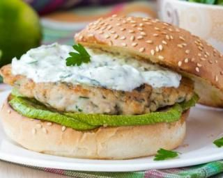 Burger au poulet et à l'avocat, sauce légère au raifort                                                                                                                                                                                 Plus