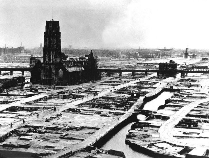 Rotterdam na het bombardement (en puinruiming) met de ruïne van de Laurenskerk.