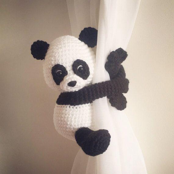 Questa panda tenda cravatta indietro starebbe benissimo nella stanza di ogni bambino.  Mano alluncinetto da me aggiungerà un sorriso a qualsiasi stanza. Anche un grande acquazzone di bambino e benvenuto il dono del mondo.  Altezza di Panda quando si è seduti è circa 17cm di altezza e lunghezza del braccio è di circa 20cm di lunghezza.  Questa è la lista per un panda.  Si prega di scegliere panda guardando sopra la spalla destra o la sinistra.  Colore della panda è per immagini. A causa di…