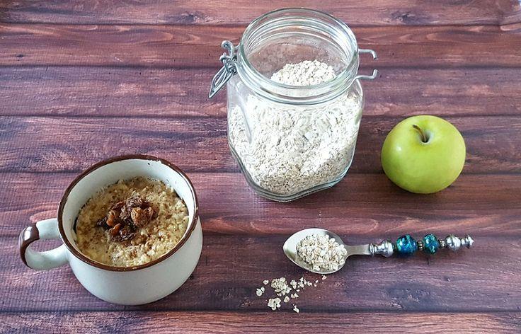 Deze lekkere mugcake heeft alle smaken van een appeltaart in zich: fris groene appel, speculaaskruiden, rozijnen... Maar, hij is nog gezond ook!
