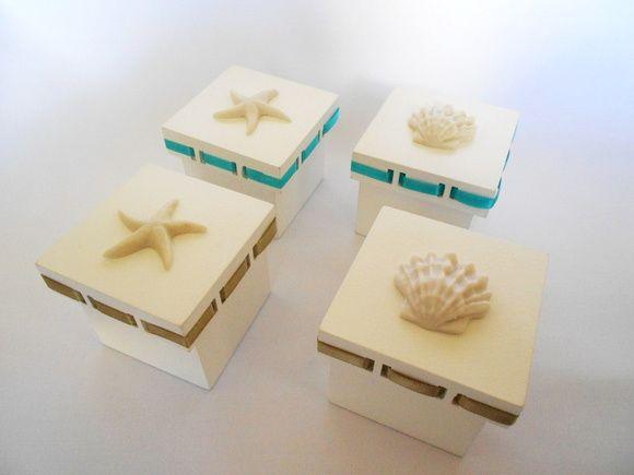 Caixinha para lembrancinha de casamento na praia.  Possui detalhes de estrela do mar ou concha.  Temos outras cores de fitas. R$ 18,00