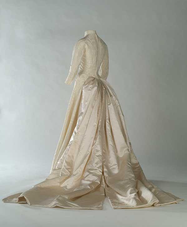 Questo vestito del 1952 della stilista Flora Villareal, mostra le caratteristiche della moda  della prima metà degli anni '50.