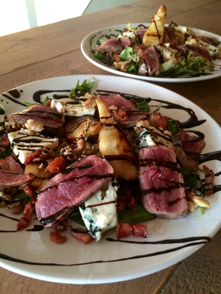 Maaltijdsalade met roquefort, gegrilde peer, ossenhaas en balsamico siroop