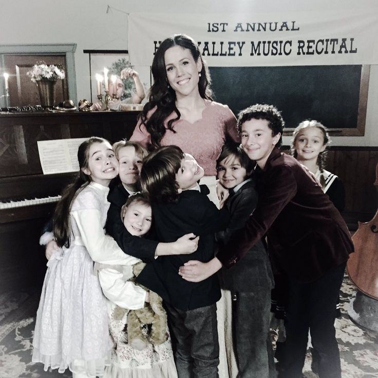 Elizabeth is going to be such a good mother when she and Jack get married and have children! She's already had practice loving children as the teacher in Hope Valley <3