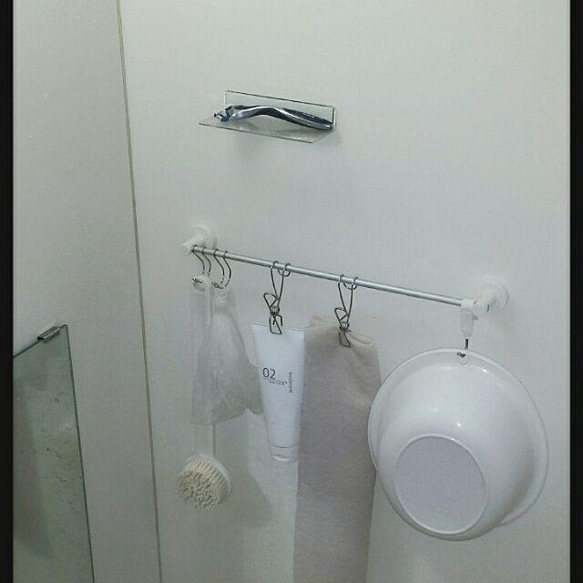 100均のタオルハンガーはここまで使える。活用法を一挙紹介。 100均のタオルハンガーをバスルーム収納に使う