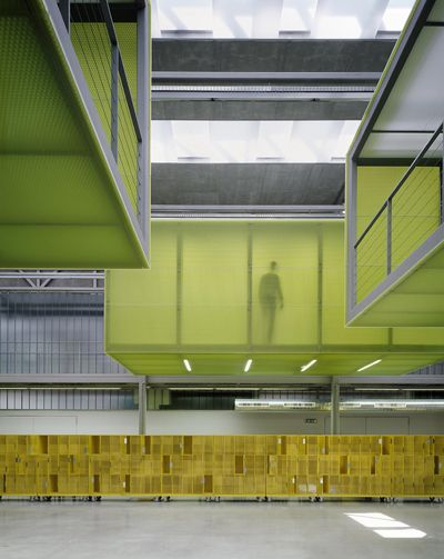 Prague University  Design: VYŠEHRAD Atelier, Prague Photo: Filip Šlapal  Panelite Bonded Series Translucent Honeycomb Panels Exclusively produced by Bencore Italy B-ECGOS Pre-fabricated Mitered corners and 3M Very High Bond double-sided tape on metal support structure.