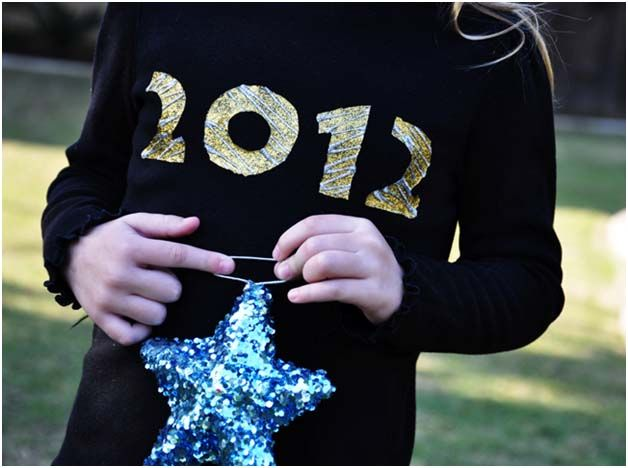 Glitter and New Years are synonymous with FUN! Celebrate 2012 with this shiny new shirt that is easy enough that every family member can have one! MATERIALS Black Shirt in any size Freezer paper X-Acto knife Gliter fabric paint in gold and silver INSTRUCTIONS Using your computer, print out 2012 in a nice block font. …