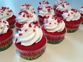 Regnbue cupcakes - Opskrift-kage.dk. Flødebolletopping: 150 g sukker ½ dl vand 80 g æggehvider (2 bægere). Kog vand og sukker op i 2 min. Pisk æggehviderne let og tilsæt sukkerblandingen langsomt imens du pisker.Pisk i yderligere 15 min. Kom flødebolle toppingen i en sprøjtepose med en stjernetylle og pynt dine cupcakes