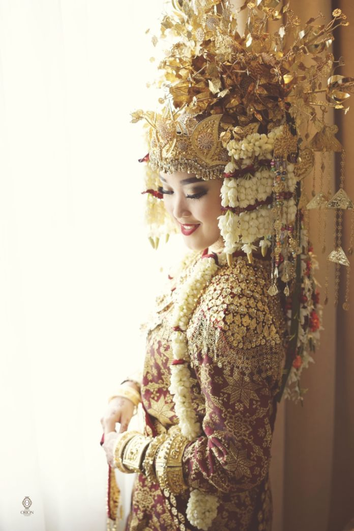 Indonesian traditional wedding dress | WEDDING VOL 7 by Orion Photography |  http://www.bridestory.com/orion-photography/projects/wedding-vol-7