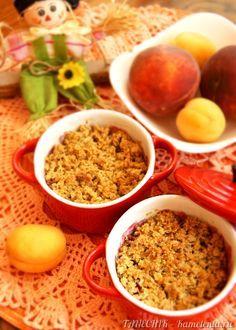 Овсяный крамбл - традиционная английская выпечка. Рецепт ее приготовления - в самом названии: «crumble» переводится как «крошки» или «крошить». Предлагаю летнюю вариацию: микс из абрикос, персиков, малины и черной смородины под сладкой хрустящей крошкой с легкой ноткой корицы!