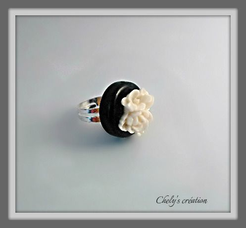 bague réglable en métal argenté et sa rose en résine crème : Bague par chely-s-creation