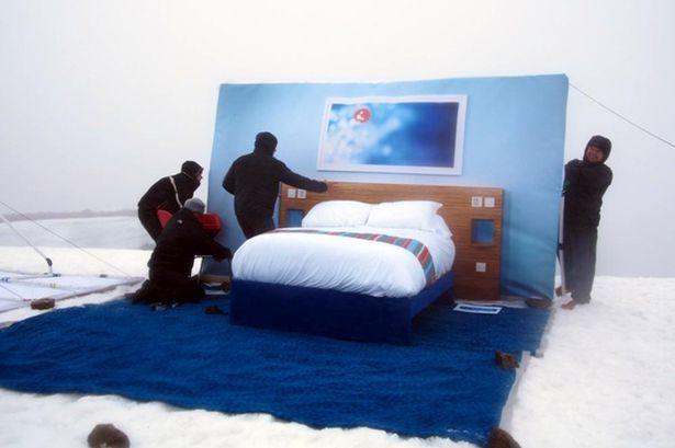 Hotel op een bergtop. >   http://www.nu.nl/opmerkelijk/3514186/hotelketen-bouwt-kamer-hoogste-berg-schotland.html  http://www.mirror.co.uk/news/weird-news/ben-nevis-gets-room-view-2012596