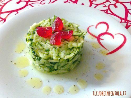 Le zucchine crude in insalata sono perfette per l'estate! Una ricetta fresca e saporita che potrete proporre sia come contorno che come antipasto. La preparazione delle zucchine crude è veramente facilissima, basta grattugiare le zucchine crude ed insaporirle con degli aromi