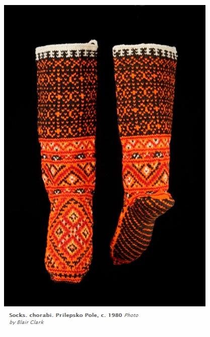 """Женски чорапи от Прилепското поле, около 1980 г. Експонат от изложбата """"Млади невести, стари съкровища"""" на Музея на международното фолклорно изкуство, Санта Фе, САЩ."""