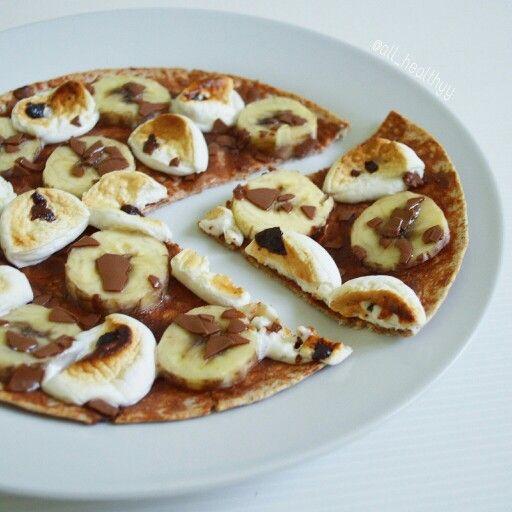 {S'mores pizza avec une tortilla complète, Pb2 au chocolat, banane, quelques marshmallows vegan & des copeaux de chocolat} ☆ IG: @all_healthyy