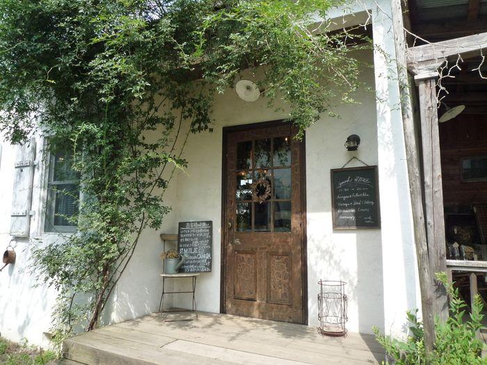 「カフェ・ラ・ファミーユ」の敷地内にある、雑貨屋さん「generaLSTORE(ジェネラルストア)」 ヴィンテージやアンティーク雑貨や可愛いステーショナ...