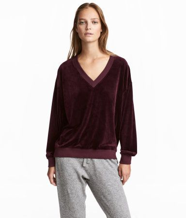 Plum. Wide-cut sweatshirt in soft velour. V-neck, low dropped shoulders, long sleeves, and ribbing at neckline, cuffs, and hem. Slightly longer at back.