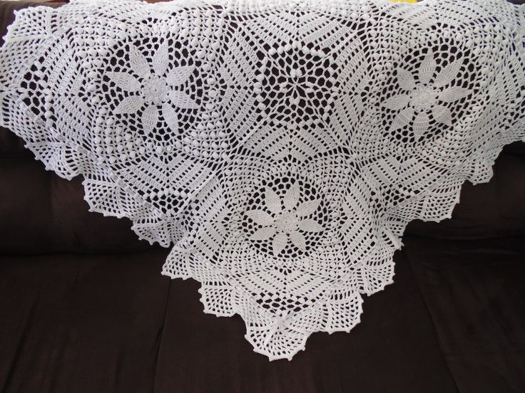 Manta de Crochê feita em linha de algodão.  Destaque: Quadros com flores em ponto pipoca.  Medida: 96 cm X 96 cm.  A sapatilha não acompanha a manta, é apenas sugestão.  Pode ser feita em qualquer cor .