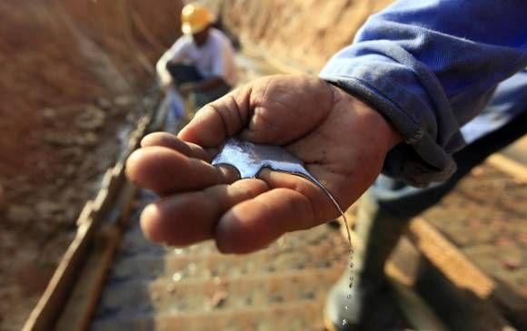En las minas a cielo abierto del Bajo Cauca, el mercurio corre entre las manos de los trabajadores, cae al agua y es liberado al aire que la población respira. FOTO MANUEL SALDARRIAGA
