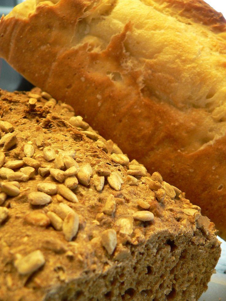 Zelf je eigen brood bakken ...       Pfff... zou ik vroeger gezegd hebben; al dat werk. Kneden, rijzen, nog eens kneden, nog eens rijzen... ...