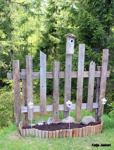 Kukkapenkki, koristeaita, piha, puutarha, aita, istutus, kierrätys, vanha lauta