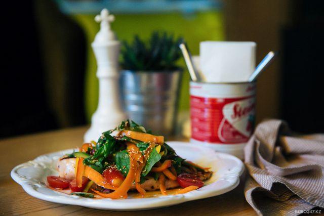 Рецепт недели: Салат с обжаренной куриной грудкой и овощами от United Сoffee
