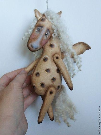 Лошадка, парящая в яблоках - бежевый,лошадь,текстильная игрушка,интерьерная игрушка