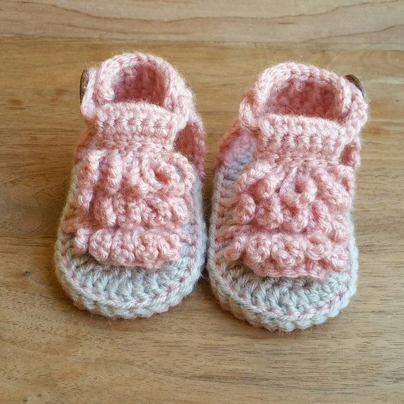 Muy bien cosido en una mocasín sandalia de diseño, estas zapatillas de ganchillo único suave son tan adorables! Con divertidos flecos y un botón de coco natural funcional los mocasines crochet están fáciles subirse y tomar de su bebé. CARACTERÍSTICAS DEL PRODUCTO -Estilo de sandalia