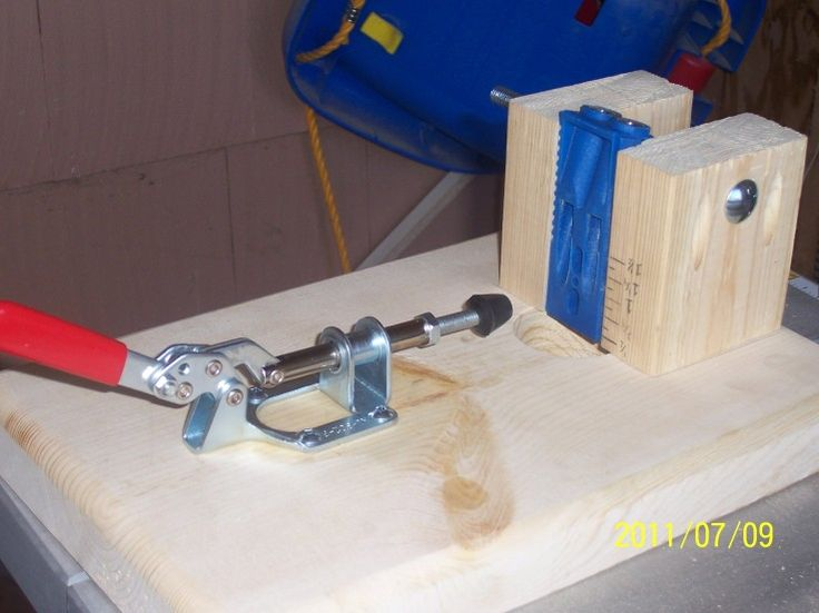 uses a bolt with a wing nut to grip a Kreg double or single pocket hole jig. The workpiece is clamped in front. Clamp and Kreg jigs available at Lee Valley.