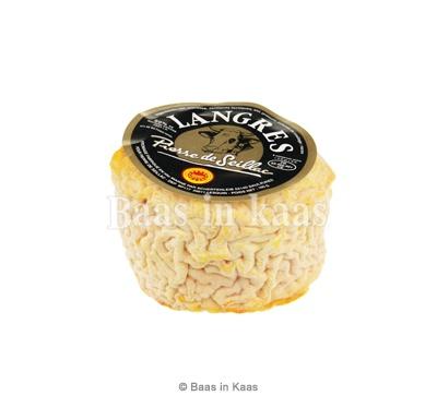 """Petit Langres Pierre de Seillac  Gewassen korst kaasje 50+ gemaakt van rauwe koemelk. Vol van smaak en herkenbaar aan de ingezakte bovenkant, de """"fontaine""""."""