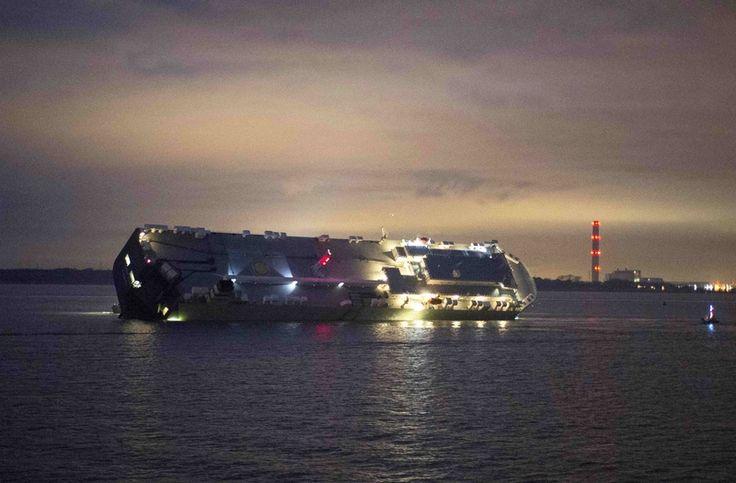 Na lodi uvízlé na mělčině jsou i luxusní auta Bentley a Rolls-Royce– Novinky.cz