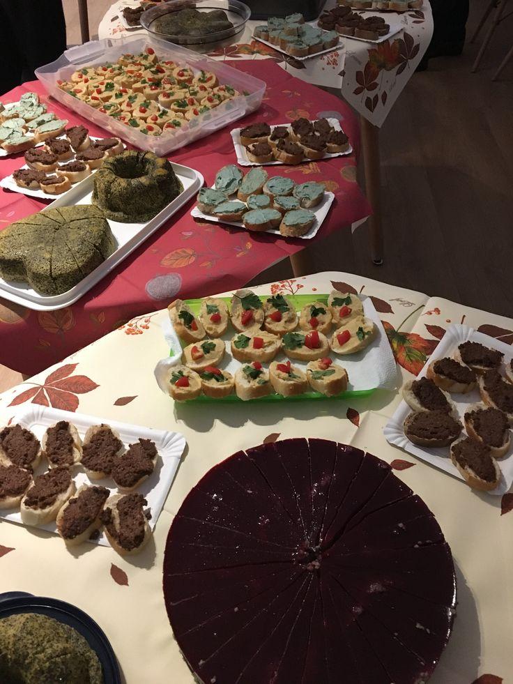 Nutella, Kevert túró, Mákos edd meg, Erdei gyümölcsös- zselés köles torta, Gesztenyés finomság, Édesburgonya Spirulina szósszal. A recepteket itt találod: http://marticafe.dxn.hu/blog-2016-12-28-Finomsagok_DXN_modra