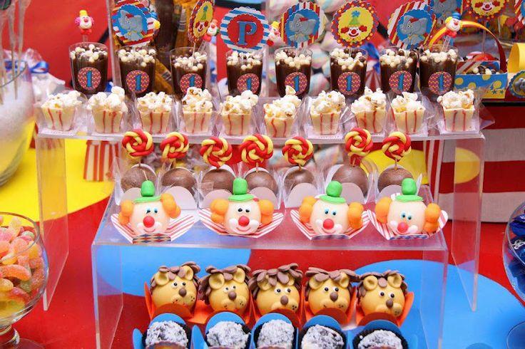 A alegria e o colorido do circo foi o tema do primeiro aniversário do Pedro, filho da Luciana Oliveira,no Trique-traque buffet infantil....