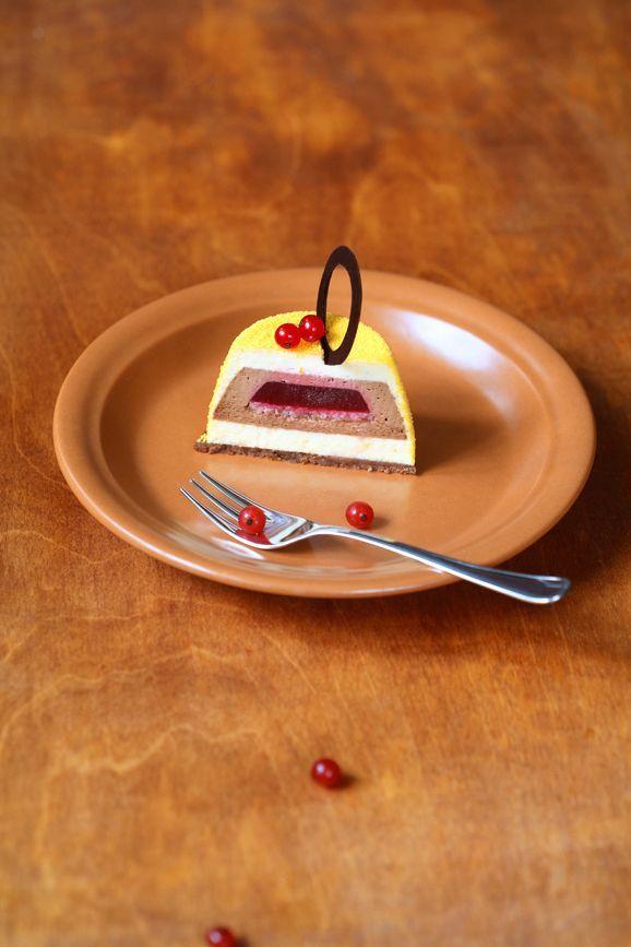 """A receita em português está em baixo. Два шоколада, апельсин и красные ягоды... Как говорится, и пусть весь мир подождёт..!)))   Пирожные """"Манжари Оранж""""  Ингредиенты: Шоколадная песочная основа: 180"""