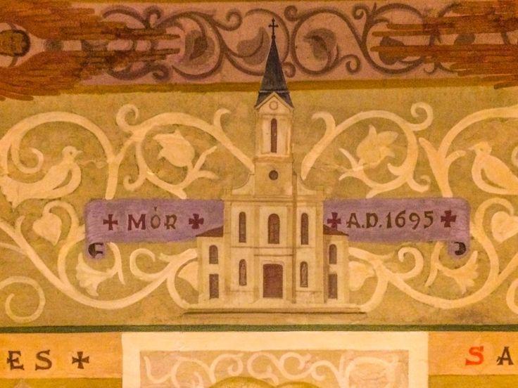 Skobrák András A mi templomunk A budai Árpád-házi Szent Erzsébet plébánia kápolnájának mennyezetén láthatóak az ország kapucinus templomainak festményei, köztük a móri templomé is, amit múltkori budapesti kirándulásom alkalmával sikerült megörökíteni. Több kép Andrástól: https://www.flickr.com/photos/106287128@N03/