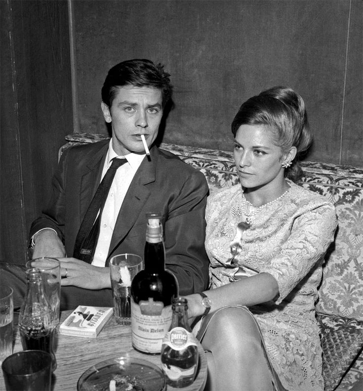 Alain Delon et sa femme Nathalie Delon prenant un verre - 1965 © Photo sous Copyright