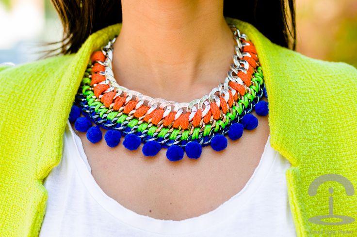 http://www.fashionsalade.com/crimenesdelamoda/2013/04/28/diy-collar-neon-con-pompones/