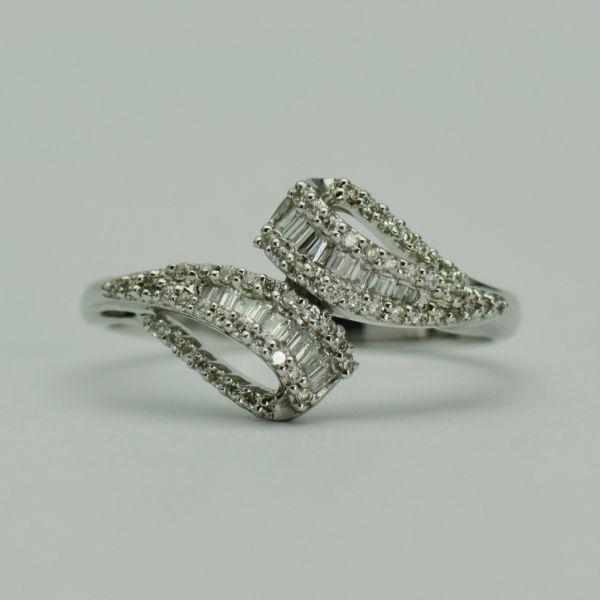 Inel cu diamante rotunde, bagheta si trapez