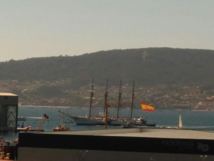 """El buque escuela """"Juan Sebastián de Elcano"""" atracando en la Escuela Naval Militar de Marín."""