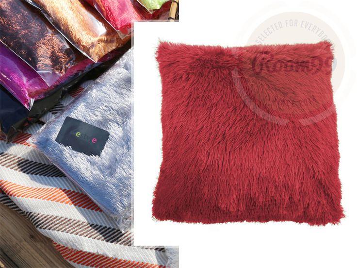 Červený ozdobný chlupatý povlak na polštář