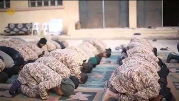 De terreurorganisatie Islamitische Staat rekruteert jongens van soms amper vijf jaar om ze op te leiden tot nieuwe jihadstrijders. De zogenaamde Welpen van het Kalifaat worden niet alleen geïndoctrineerd met de islam, ze krijgen ook een militaire opleiding. Ze leren zelfs hoe ze mensen de keel moeten oversnijden.