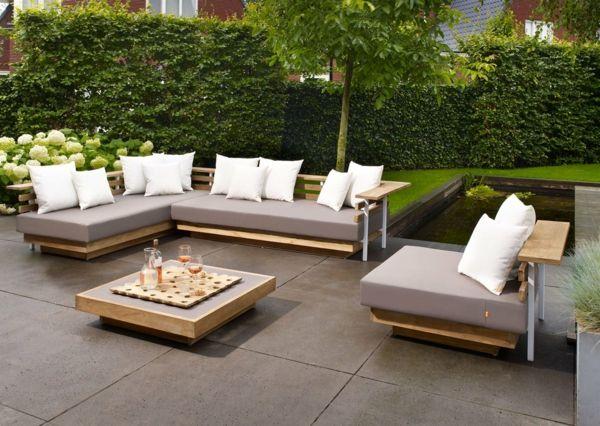 Gartenmöbel design  gartenmöbel set holz design hellgraue auflagen weiße dekokissen ...