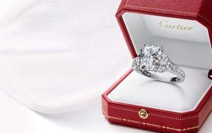 Anelli di fidanzamento Cartier: i gioielli perfetti per suggellare un'amore [FOTO] - Gli anelli di fidanzamento Cartier sono il simbolo della felicità, e sono realizzati nel rispetto della grande tradizione dei maestri gioiellieri della Maison.
