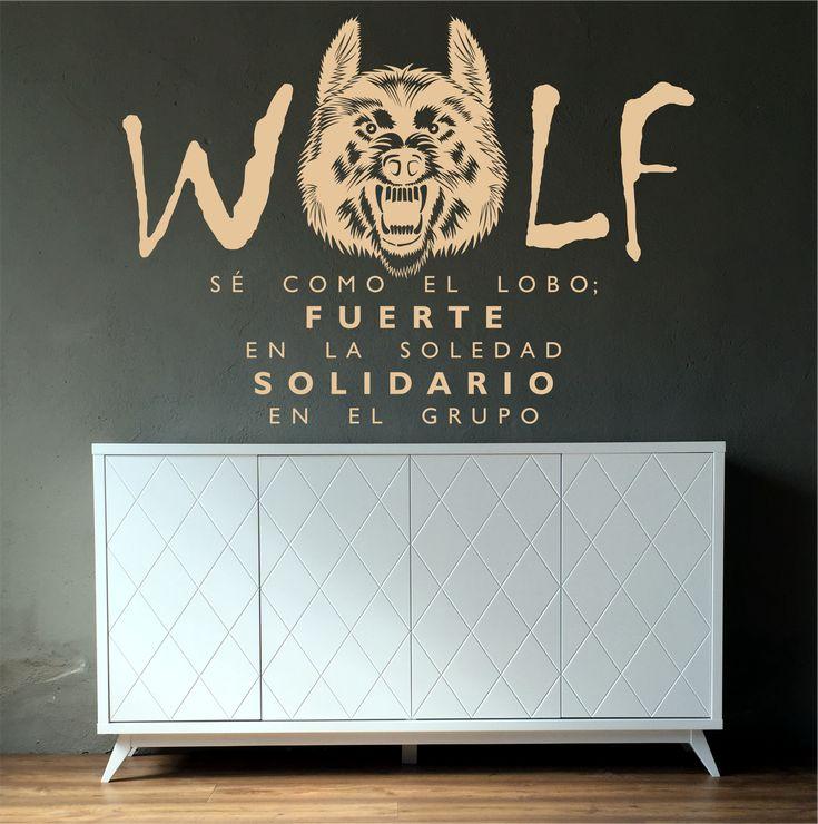"""Vinilo texto decorativo de una cita anónima que subraya: """"Sé como el lobo; fuerte en la soledad y solidario en el grupo""""."""