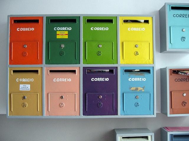 buzones colores en até amanhã by Rosa Pomar